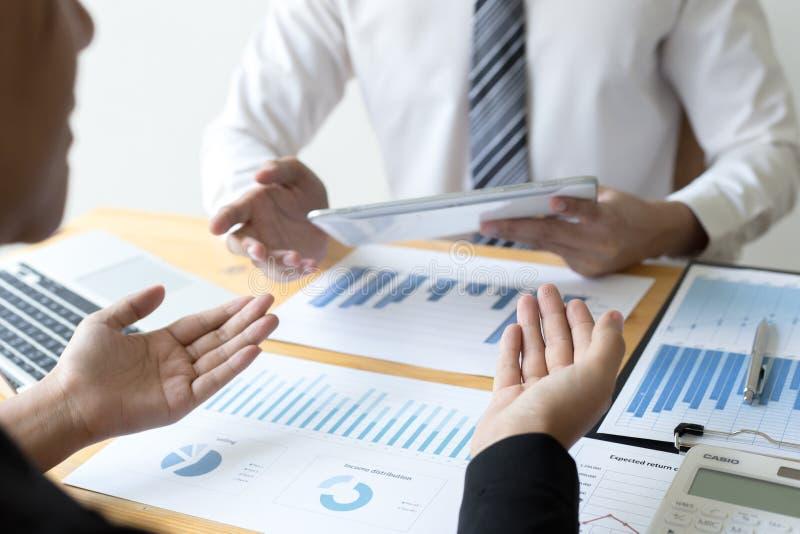 Manager und Buchhalter haben die Finanzen der Firma überprüft Zwecks die Leistungsmessung während der Vergangenheit vorbereiten 5 lizenzfreie stockbilder