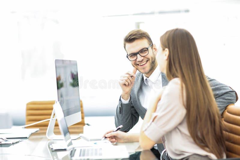 Manager und Buchhalter sind, besprechend sitzend und Finanzdiagramme mit Gewinnen und Ausgaben der Firma stockfoto