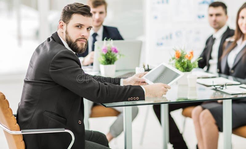Manager und Geschäft team, um die Darstellung eines neuen f zu besprechen stockbilder