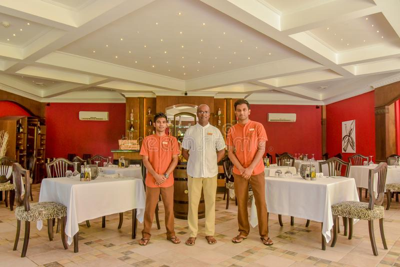 Manager und Kellner im Restaurant stockfotografie