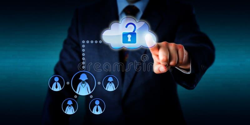 Manager Unlocking Access To het Werk Team Via Cloud stock afbeeldingen