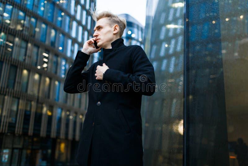 Manager Using Smartphone Outdoors lizenzfreie stockfotografie