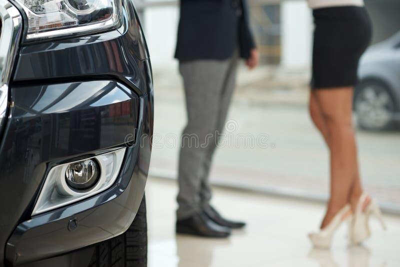 Manager van autocentrum, klant en dure auto royalty-vrije stock foto