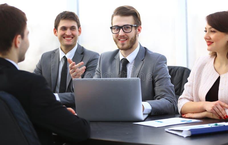 Manager verständigt sich mit dem Kunden im Büro lizenzfreie stockfotografie