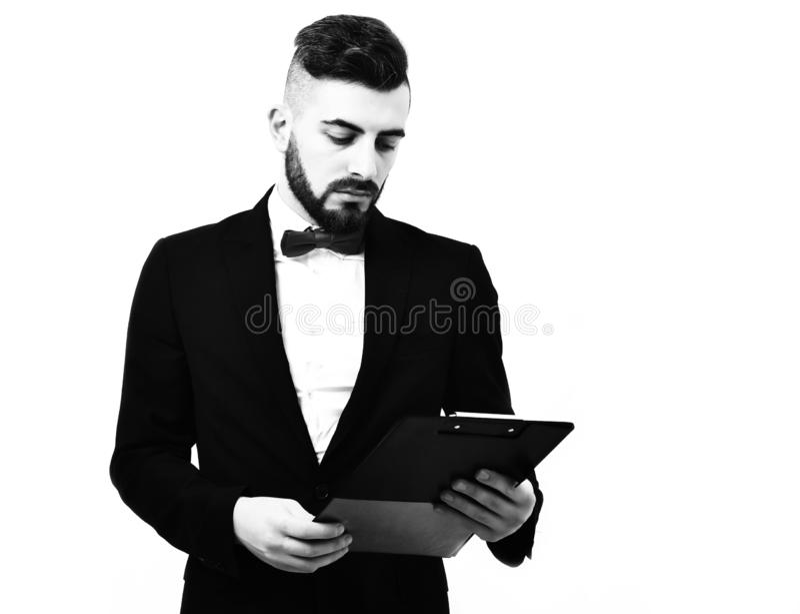 Manager of zakenman met baard in kostuum en rode band stock afbeeldingen