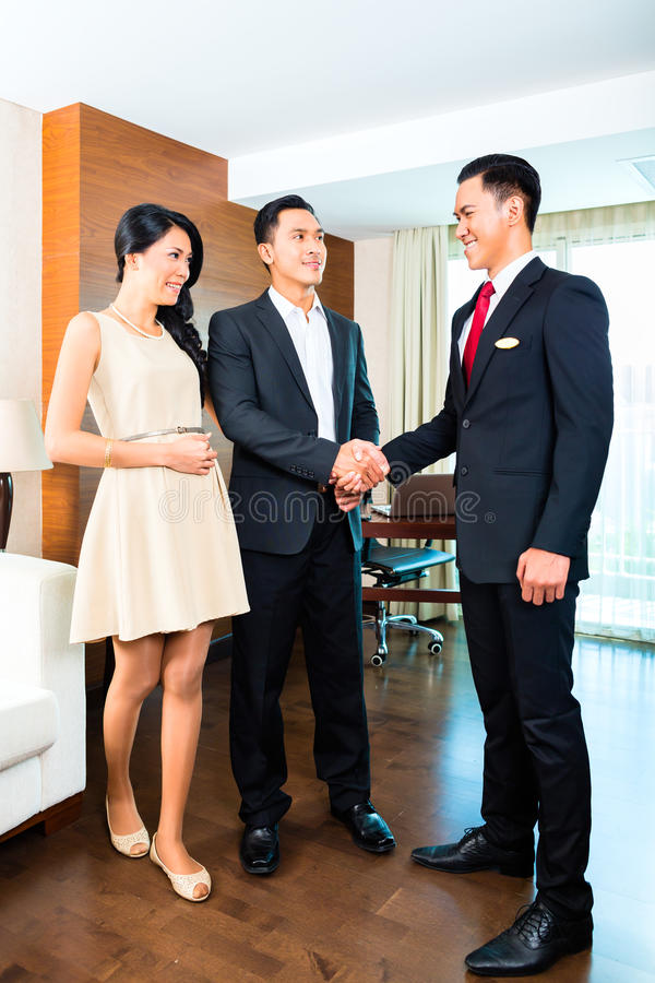 Managergrußgäste im asiatischen Hotel stockfotos