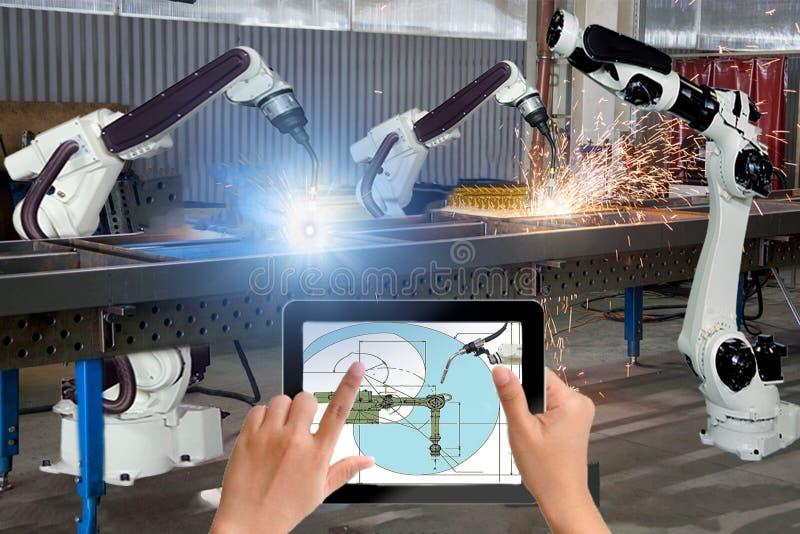 Manageringenieurkontroll- und -steuerautomatisierungsroboterwaffenmaschine in der intelligenten Fabrik industriell auf Echtzeitüb lizenzfreie stockfotografie