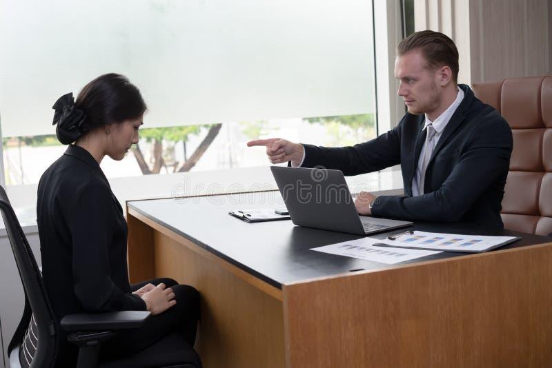 Managerpunt die schuld richten haar werknemer die beklemtoond, slecht worden royalty-vrije stock fotografie