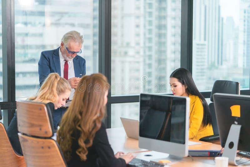 Managerwerkgever die een vergadering met vrouwelijke ambtenaar in bureauruimte beginnen stock fotografie