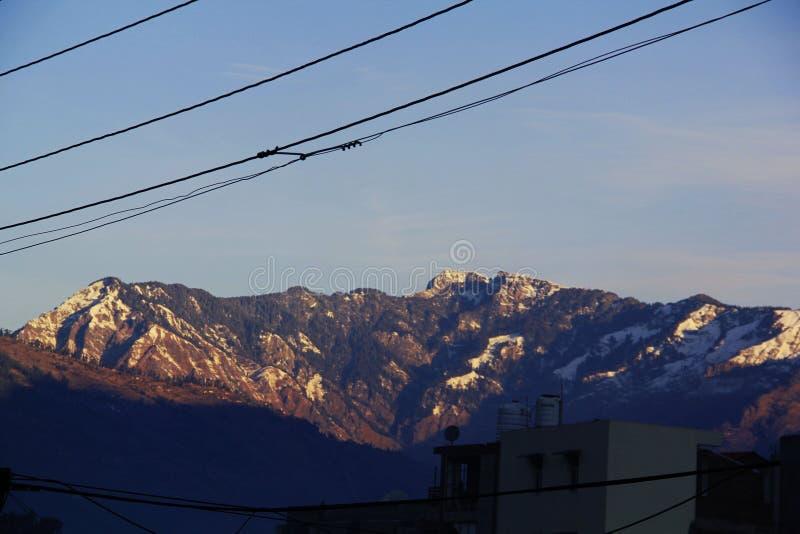 Manali berg med vitt snöglöd fotografering för bildbyråer