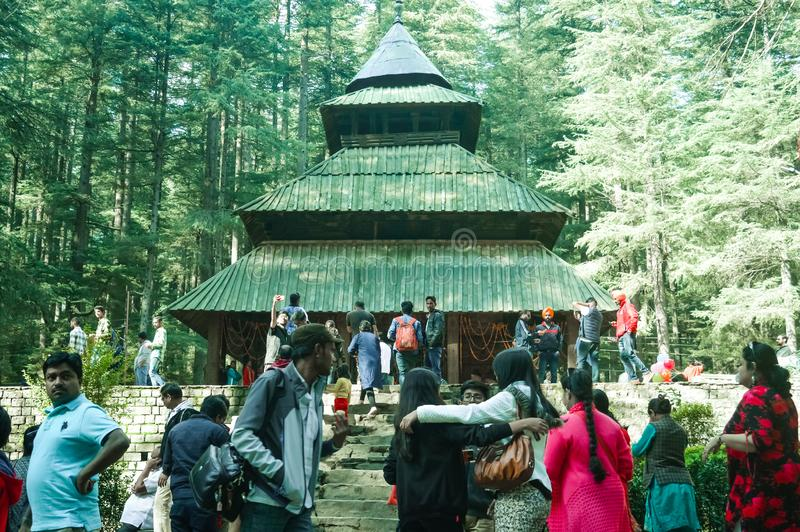 MANALI, la INDIA - 9 DE DICIEMBRE turísticos venidos ven al Hidimda sagrado Devi Temple en Shimla, Kullu, Himachal Pradesh, la In imagenes de archivo