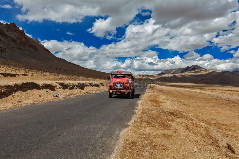 Manali-Leh droga w Indiańskich himalajach z ciężarówką. Ladakh, India obraz royalty free