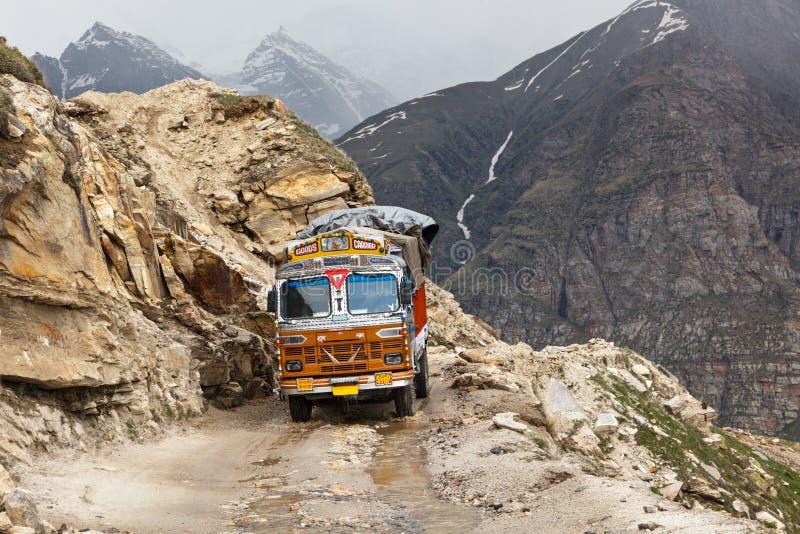 Manali-Leh Straße im indischen Himalaja mit Lastwagen stockbild