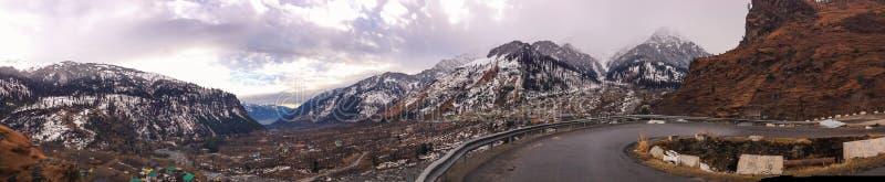 Manali - Panoramiczny widok Himalajski pasmo górskie zdjęcie royalty free
