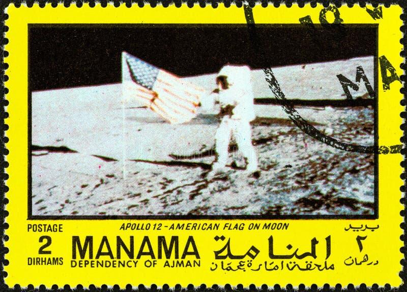 MANAMA-ABHÄNGIGKEIT - CIRCA 1970: Ein Stempel gedruckt in Arabische Emirate-Shows U S Flagge auf dem Mond, circa 1970 stockfoto
