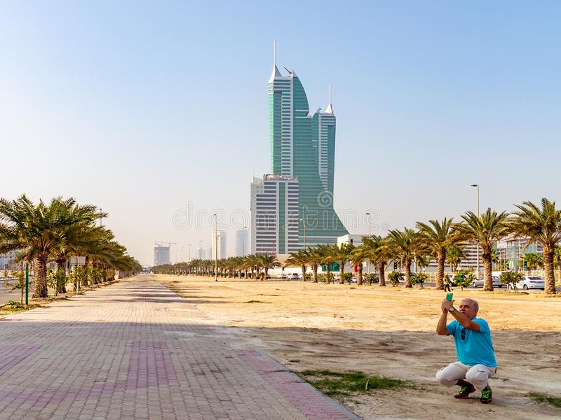 MANAMA, Bahrain - 19. Dezember 2018: männlicher touristischer Fotografieanblick auf einem Smartphone stockbilder