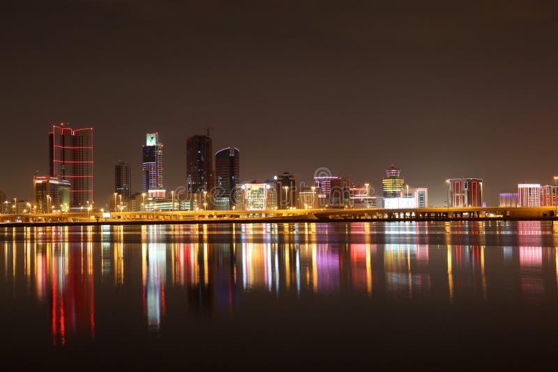 Manama bij nacht. Bahrein stock afbeelding