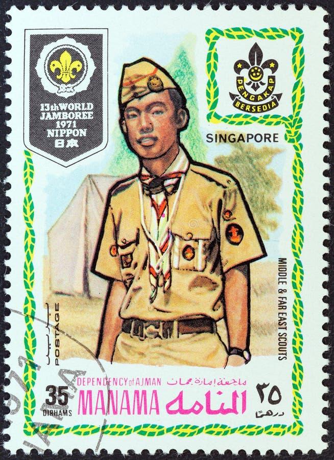 MANAMA-GEBIEDSDEEL - CIRCA 1971: Een zegel in Verenigde Arabische Emiraten wordt gedrukt toont padvinder van Singapore, circa 197 stock foto's