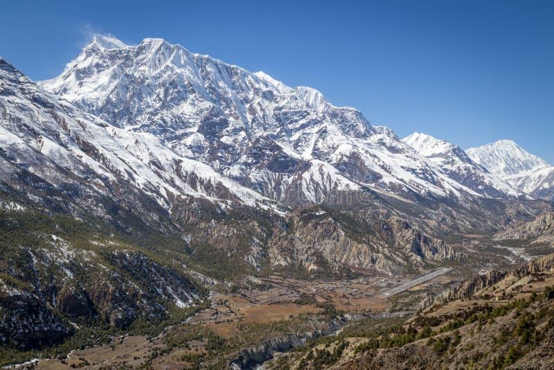 Manang村庄和尼泊尔山 免版税库存照片