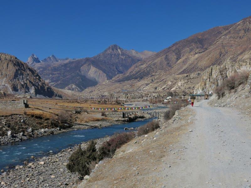 Manang dal och blåttMarsyangdi flod arkivbilder