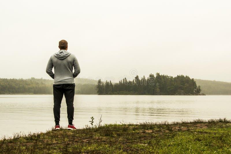 Mananseende på sjön av två hållande ögonen på änder Ontario Kanada för flodalgonquinnationalpark på en grå morgonatmosfär arkivbild