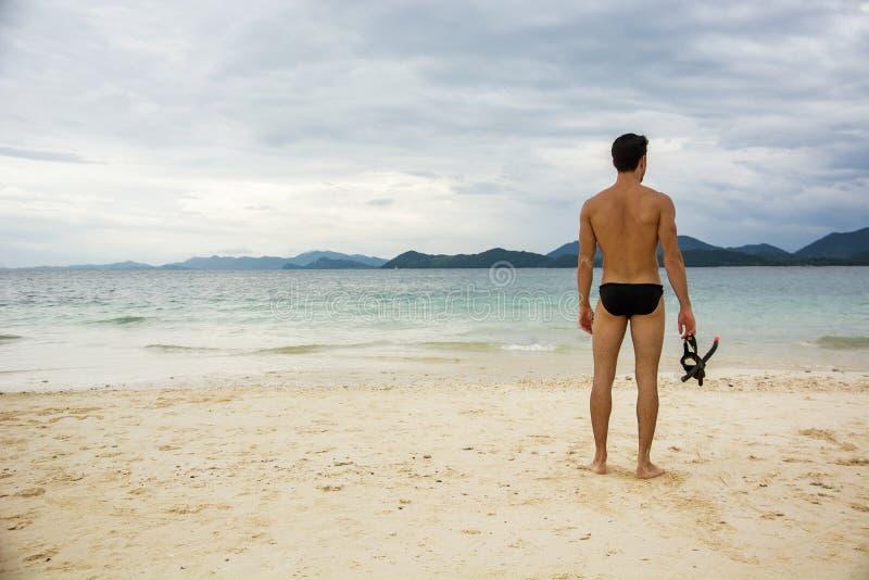 Mananseende på strand royaltyfri foto