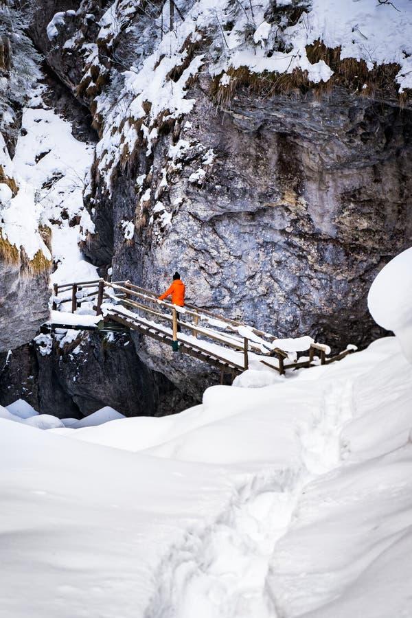 Mananseendet på trappa i djupfryst snö täckte klyftan Baerenschuetzklamm royaltyfria bilder