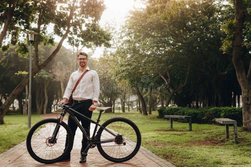 Mananseendet parkerar in med hans cykel royaltyfri bild