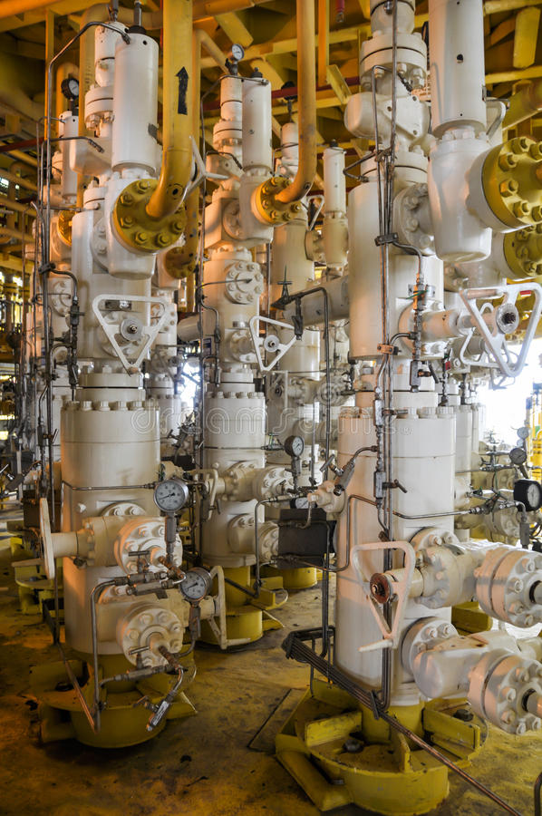 Manantial de la producción, manantial en la plataforma de petróleo y gas costera, árboles de X'MAS en proceso costero del petróle fotos de archivo