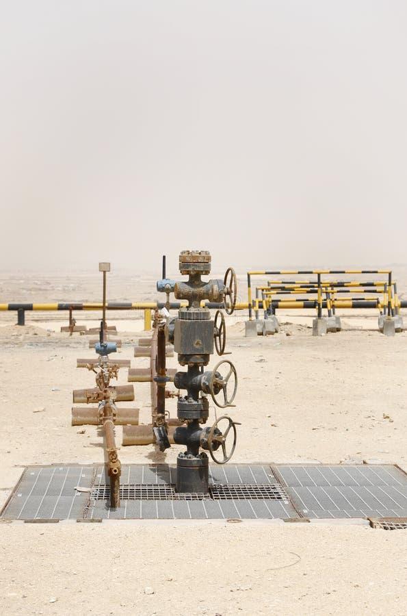 Manantial del pozo de petróleo en el campo petrolífero de Bahrein foto de archivo