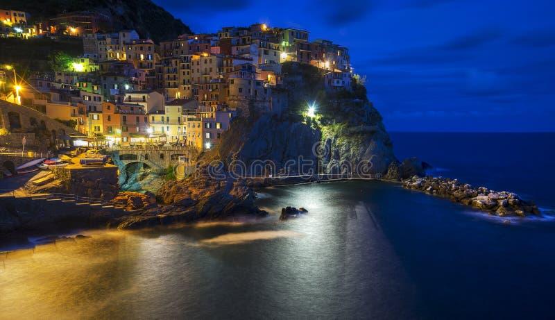 Manarola alla notte, con bello cielo notturno fotografia stock libera da diritti