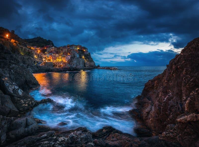 Manarola, Cinque Terre, Italië Manaroladorp tijdens zonsondergang royalty-vrije stock foto