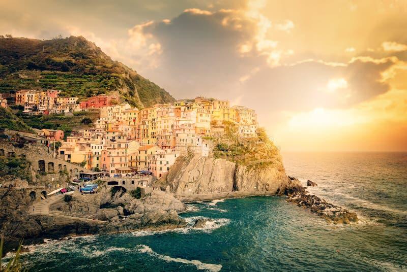 Manarola, Cinque Terre, Italia Casas tradicionales coloridas en una roca sobre el mar Mediterráneo en puesta del sol dramática imagenes de archivo