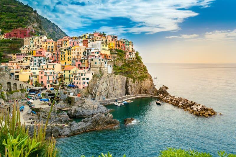 Manarola, Cinque Terre - romantisch dorp met kleurrijke huizen op klip over overzees in Cinque Terre National Park royalty-vrije stock afbeeldingen
