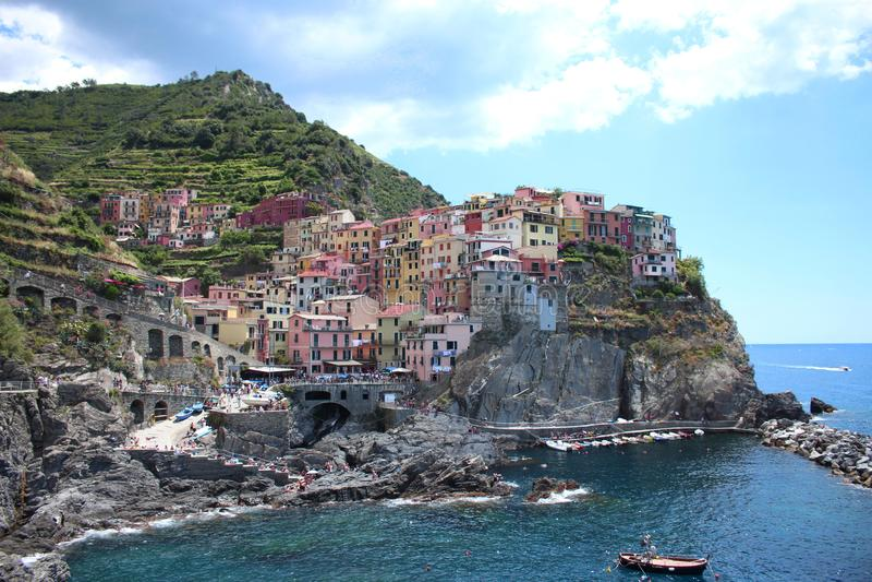 Manarola, Italia en el mar ligur en Cinque Terre imágenes de archivo libres de regalías