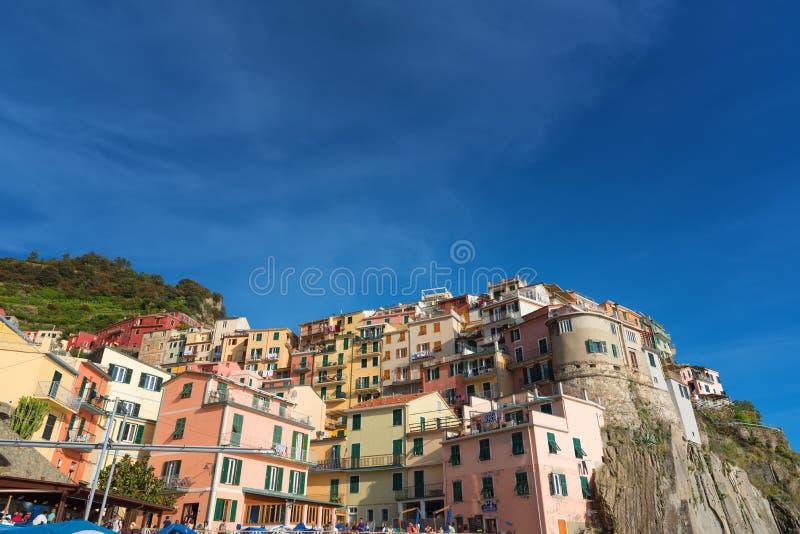 MANAROLA ITALIEN - MAJ 24, 2017: Storartad daglig sikt av den Manarola byn i en solig sommardag fotografering för bildbyråer