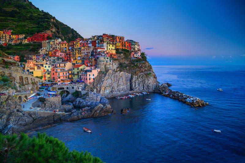 Manarola, Liguria, Italia A vila maravilhosa de Manarola Céu quieto e mar calmo, durante o por do sol imagem de stock