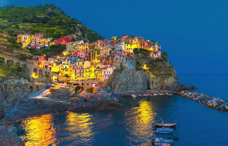 Manarola traditionell typisk italiensk by i nationalparken Cinque Terre royaltyfria bilder