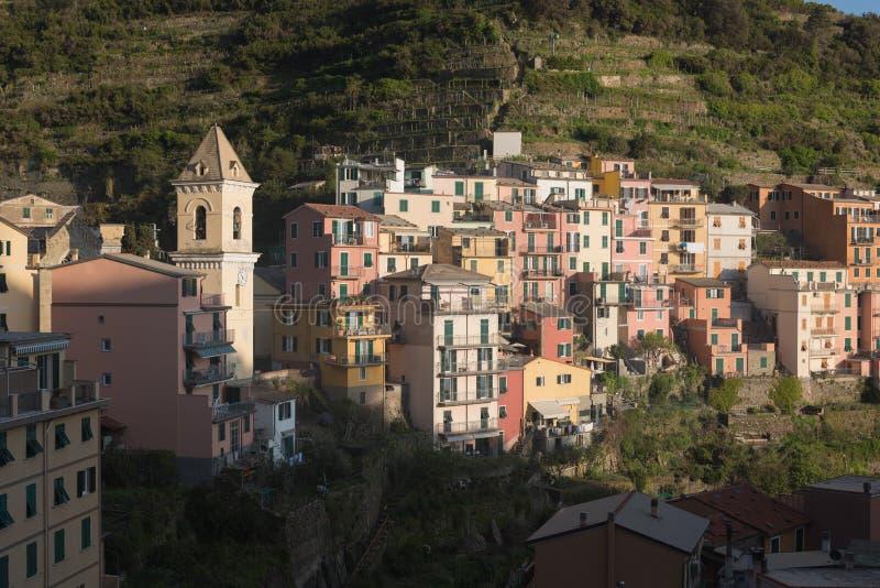 Manarola, tweede het kleinst, het mooist en oudst van Cinque Terre-kustdorpen langs de Ligurian ruwe kust stock afbeeldingen