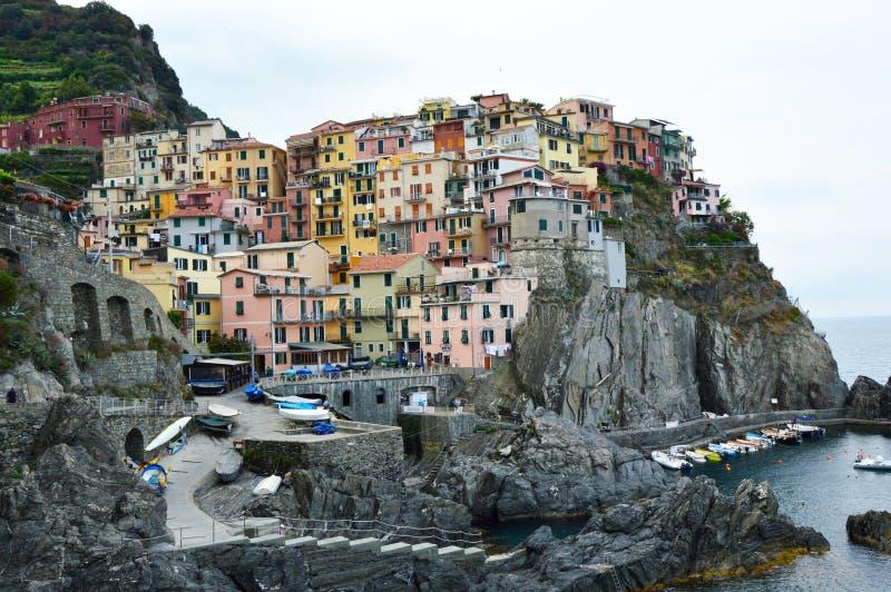 Manarolastad met zijn kleurrijke traditionele huizen op de rotsen over Middellandse Zee, Cinque Terre National Park en Unesco royalty-vrije stock afbeeldingen
