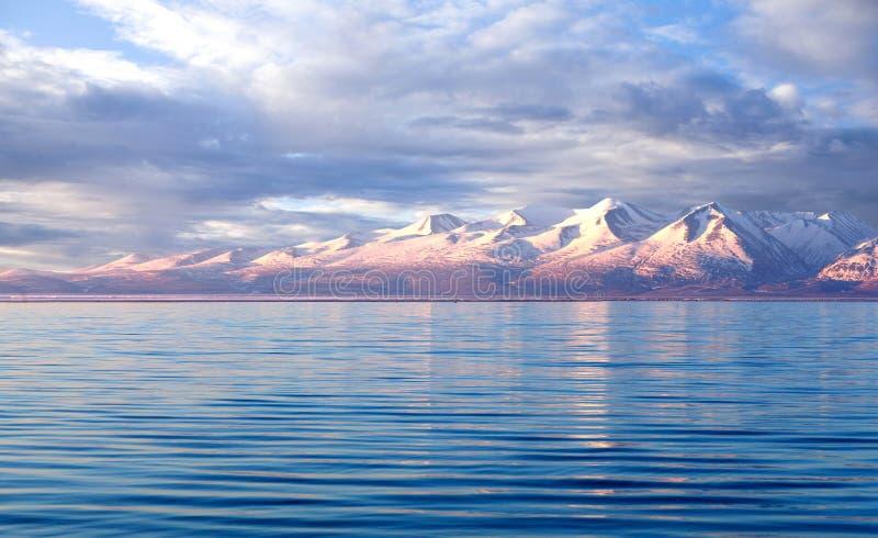 Manasarovar sjö på soluppgång i västra Tibet royaltyfria foton