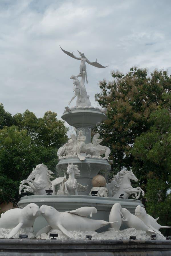 Manatee Monument av vit marmor mitt i staden Trang, Thailand royaltyfri fotografi