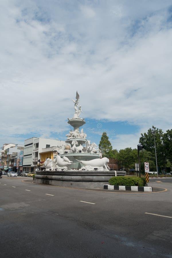 Manatee Monument av vit marmor mitt i staden Trang, Thailand royaltyfri bild