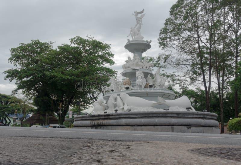 Manatee Monument en marbre blanc au milieu de la ville de Trang, Thaïlande photo stock