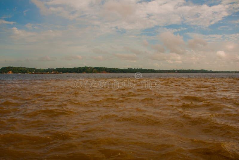 Manaus, Amazonas, Brésil : La fusion de la rivière colorée par deux, Rio Negro, Solimoes La réunion, les eaux multicolores ne se  photos stock