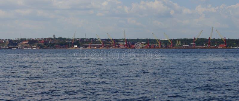 Manaus/Amazonas/Brésil - mettez en communication à Manaus Les bateaux viennent et vont continuer chaque fois des cargaisons photo stock