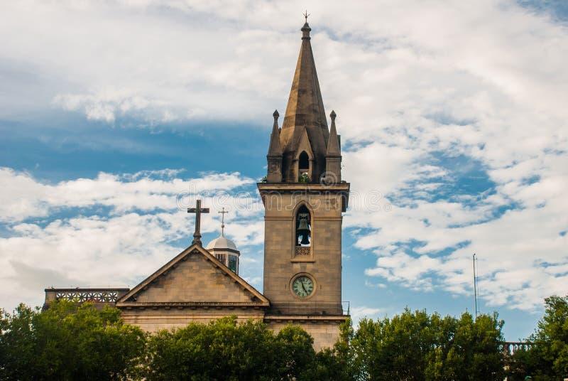 Manaus, Amazonas, Brasilien: Manaus-Stadtbürgersteig mit Amazonas Kirche von St. Sebastian gegen einen blauen Himmel mit Wolken lizenzfreie stockfotos