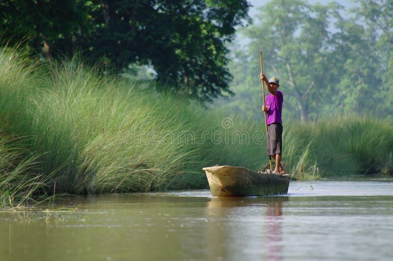 MANAUS BR, CIRCA AUGUSTI 2011 - man på en kanot på amasonriven royaltyfri fotografi