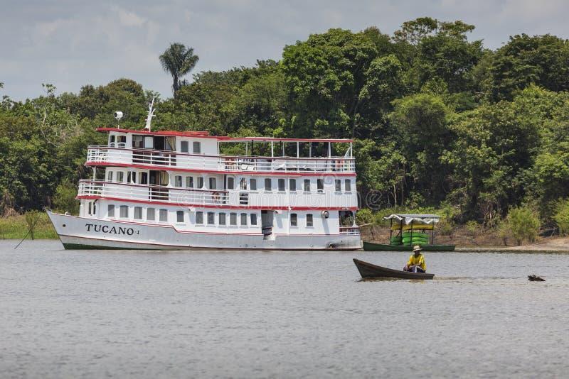 MANAUS, BRASILE, IL 17 OTTOBRE: Barca bianca di legno tipica di Amazon fotografia stock