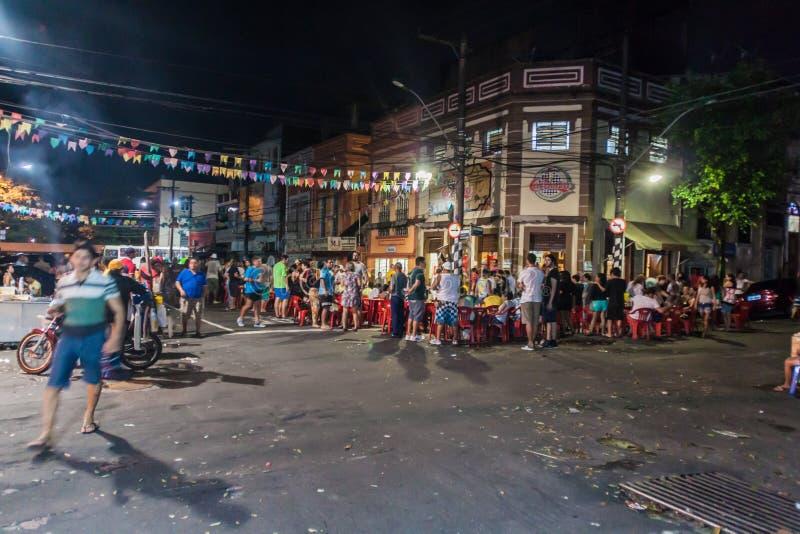 MANAUS, BRASILIEN - 26. JULI 2015: Leute auf einer Straße und in einem Ba lizenzfreies stockbild